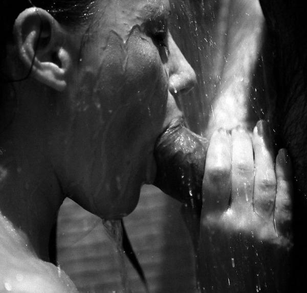Красивый секс в душе страстно отсосала